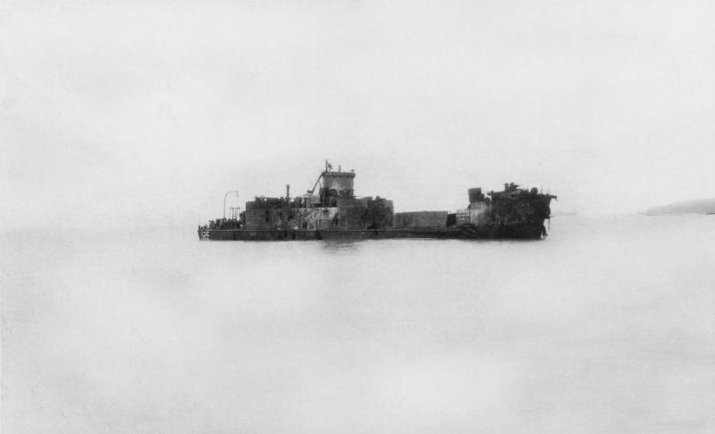 Советское десантное судно американского производства ДС-5 (бывшее USS LCI-525), подбитое огнем японской береговой артиллерии и затонувшее на месте высадки десанта.
