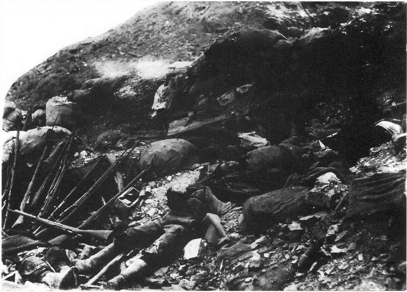 Убитые японские солдаты на позициях на подступах к высоте 171 острова Шумшу.