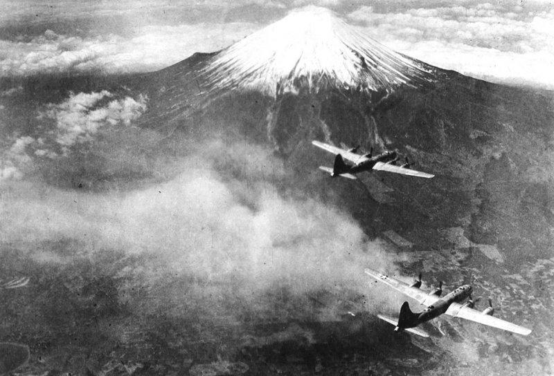Звено бомбардировщиков Боинг В-29 «Суперфортресс» из 73-го авиакрыла ВВС США над горой Фудзияма, 1945 год.