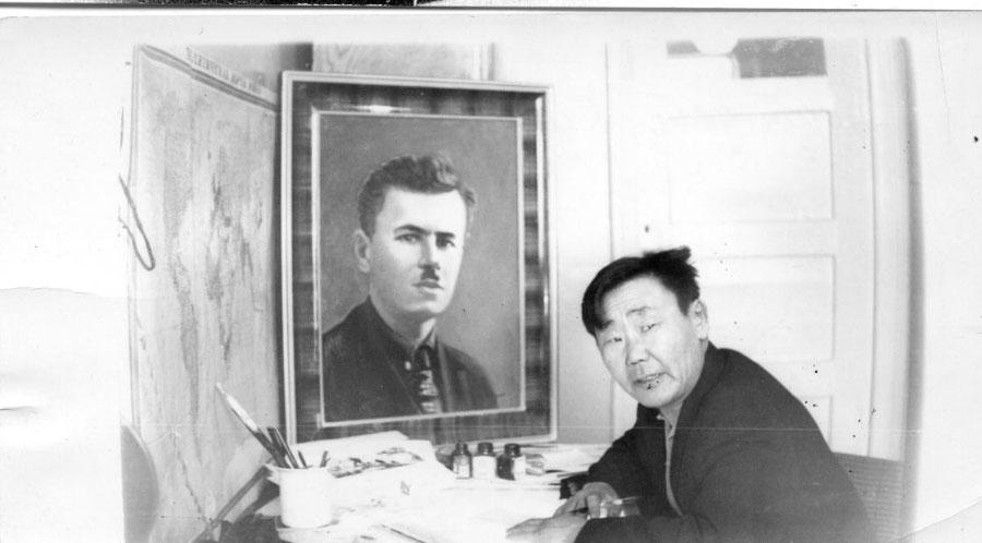 Художник Гурин И.И. у созданного им портрета А.А.Курилова, первого председателя Гижигинского Совета