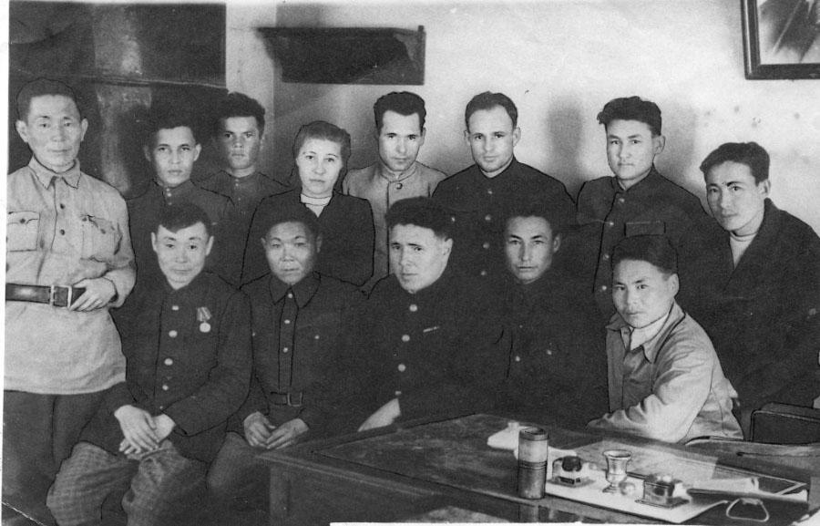 Участники Великой Отечественной и второй мировой войн и работники Ольского райисполкома,1946 г. Стоит справа второй – И.И. Черных; сидит третий справа И.Н. Якушков