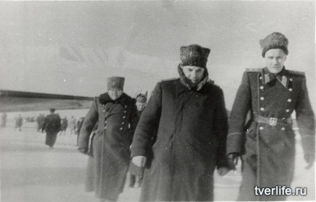 Маршал Советского Союза Николай Крылов и генерал-лейтенант Николай Олешев (слева). Чукотка, 1948 год.
