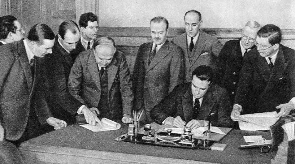 Подписание документов конференции по вопросу о военных поставках представителями СССР, Великобритании и США. Москва, октябрь 1941 год.