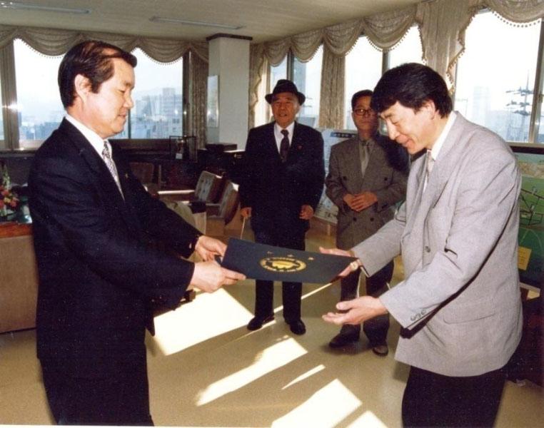 В.И. Ли получает диплом почетного гражданина из рук мэра города Вон жу (Южная Корея)