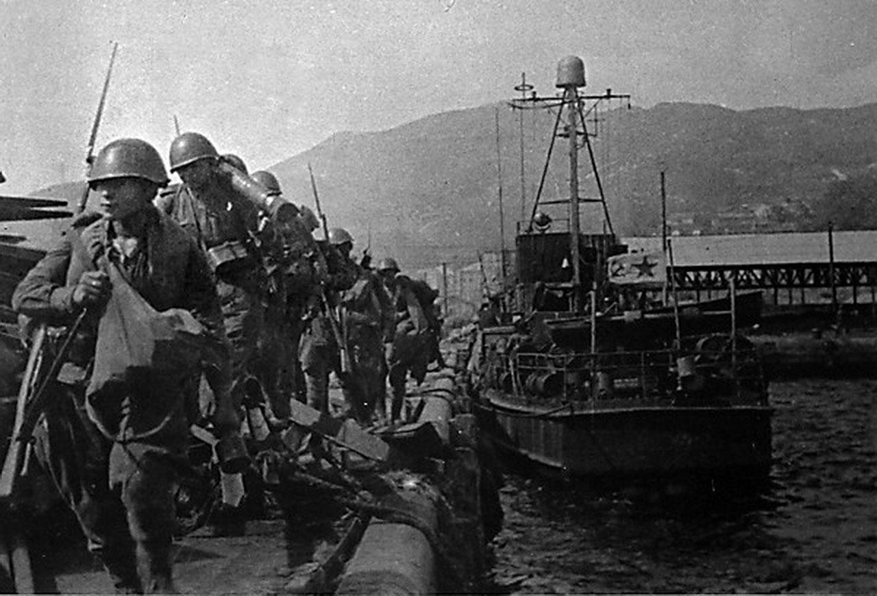 Высадка советских войск в ходе Сейсинской десантной операции. 15 августа 1945 г.