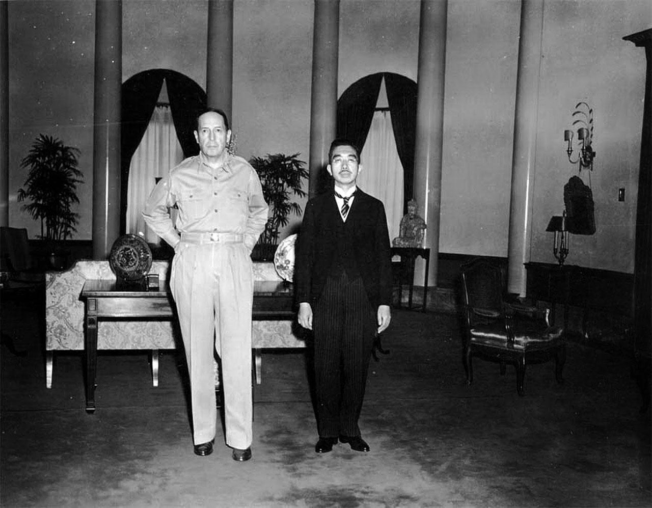 Встреча верховного командующего союзными войсками на Тихом океане генерала Дугласа МакАртура и императора Японии Хирохито . Встреча произошла в посольстве США в Токио после подписания капитуляции Японии.