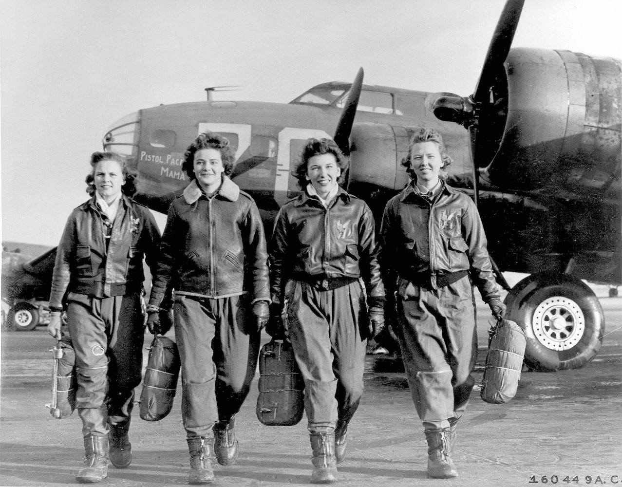 Летчицы из Women Airforce Service Pilots (WASP) у Boeing B-17.