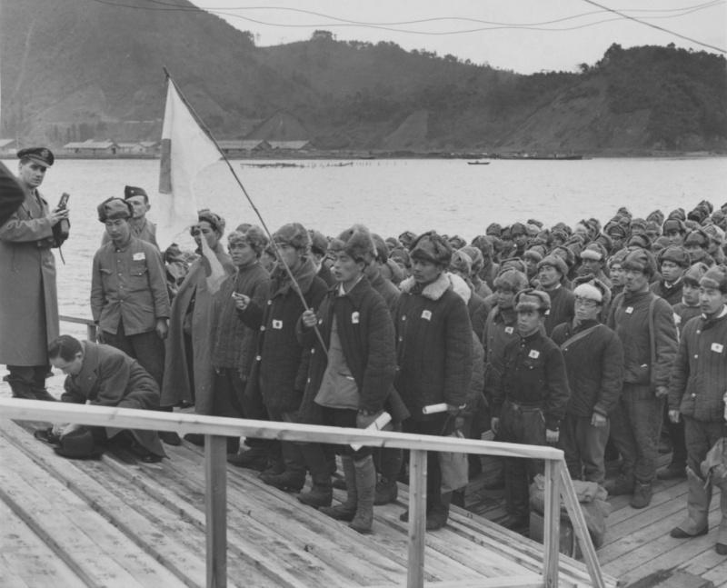 Группа бывших японских пленных на причале после возвращения домой из СССР.
