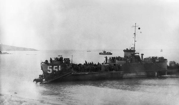 Сражение за Курильские острова Шумшу и Парамушир. Начало высадки десанта, 1945 год. Фото ТАСС.