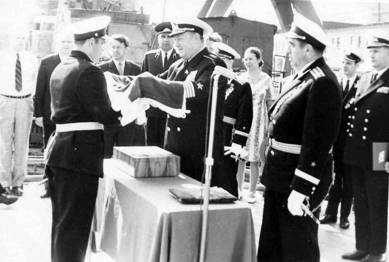 Командующий ДКБФ адмирал Михайлин вручает флаг корабля командиру Чкалову В.А.