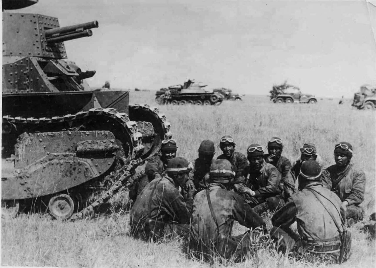 Халхин-Гол. Танкисты перед атакой. Инструктаж японских танкистов у танка «Йи-Го» (Тип 89) во время наступления в монгольской степи. На заднем плане виден танк «Чи-Ха» (Тип 97).