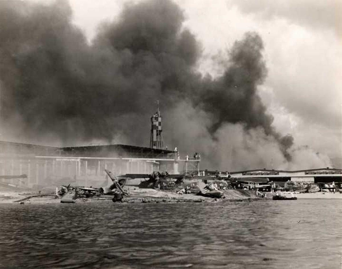 Перл-Харбор. 7 декабря 1941 года Япония совершила нападение на Перл-Харбор, что послужило поводом вступления США во Вторую мировую войну.