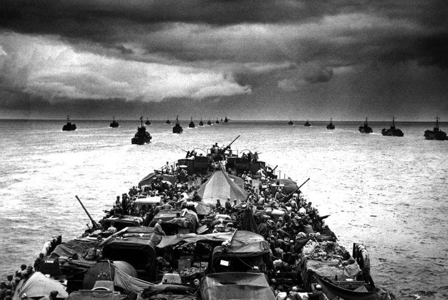 Колонны малых десантных кораблей LCI с военнослужащими на борту следуют за большим десантным кораблем на пути к мысу Sansapor в Новой Гвинее, 1944 год.