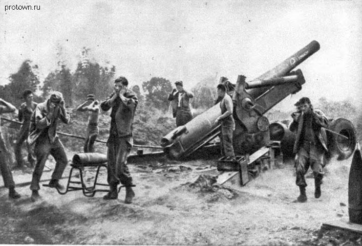 Американская артиллерия ведёт огонь по японским позициям. Луссон, май 1945 год.