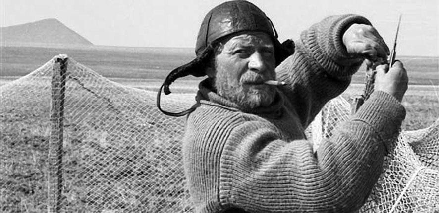 Боцман - Валентин Хлёсткин - мастерит загон для белых гусей.