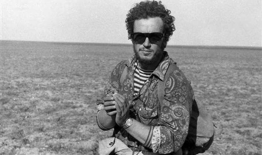 Капитан - Евгений Сычёв - с птенцом кулика-камнешарки.