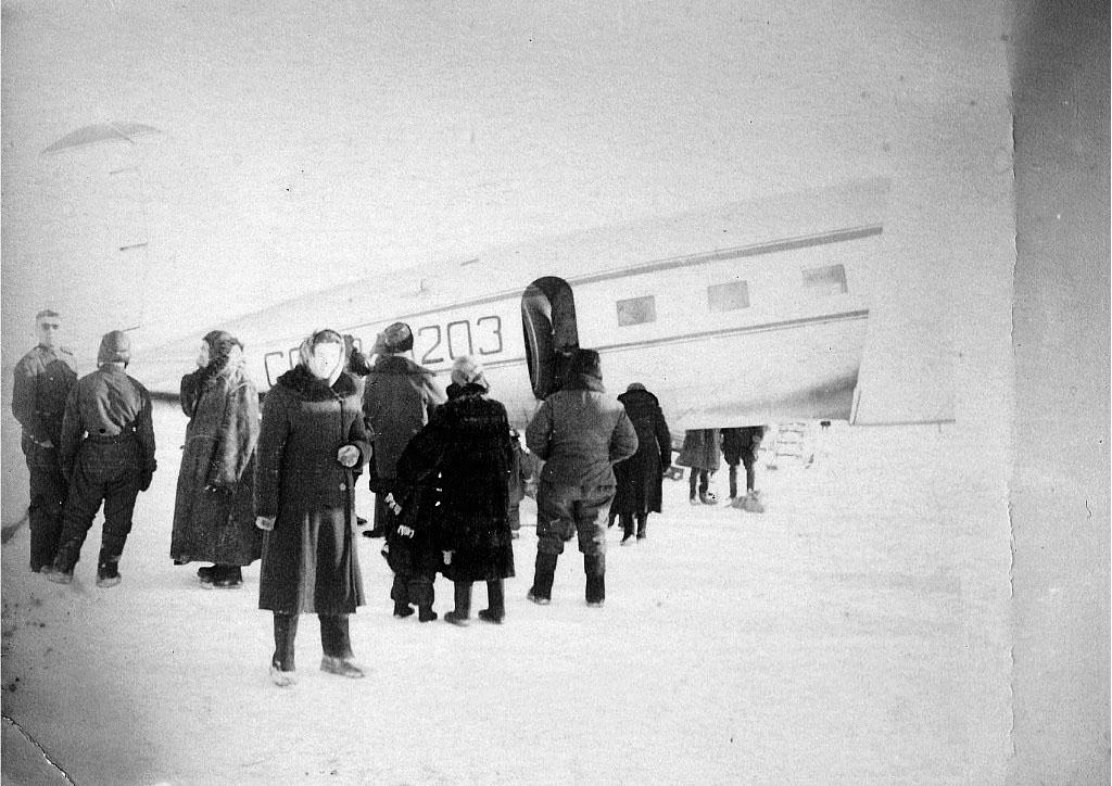 В аэропорту посёлка Звёздного. Остров Врангеля. 1961 год.
