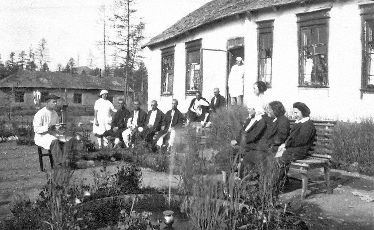 Культорг Варлам Шаламов читает газету пациентам больницы «Беличья», Колыма, 1944 год.