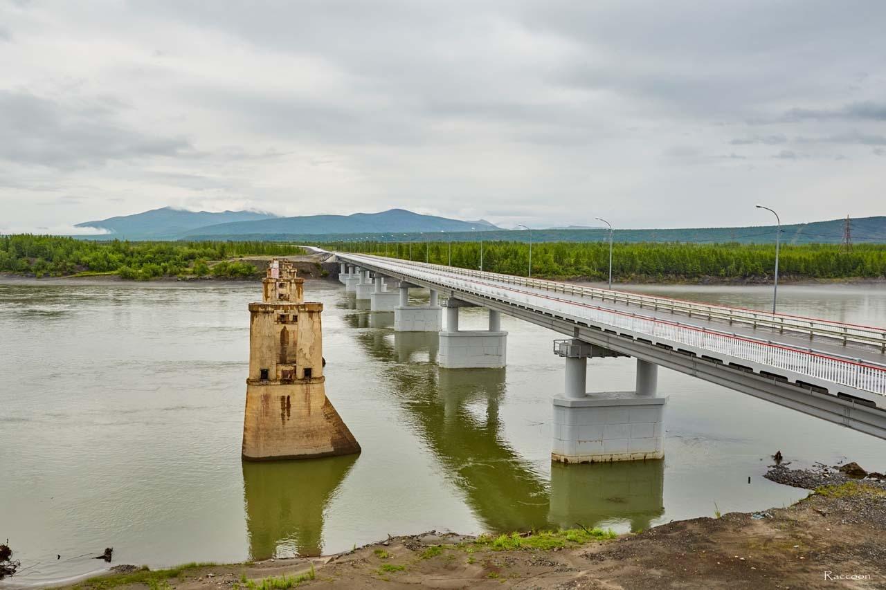 Новый колымский мост и то, что осталось от легендарного моста, прослужившего не одно десятилетие. 2017 год.
