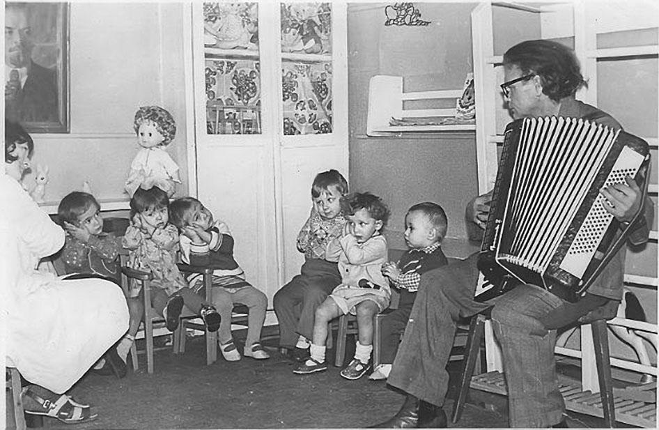 Посёлок Дражный. Детский сад. Янис Карлович Радзобс на музыкальном занятии.