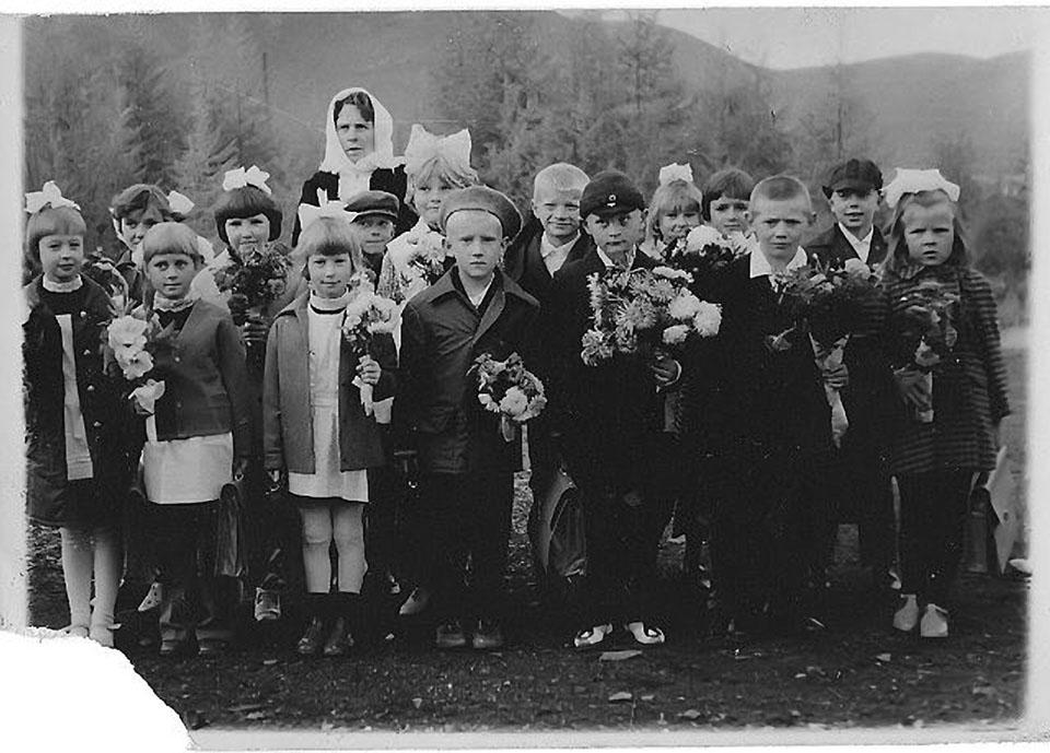Татьяна Андреевна Черныш со своими учениками. Посёлок Дражный.