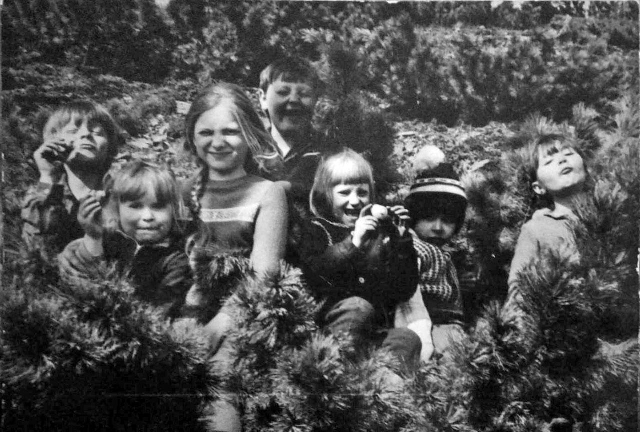 Детвора на склонах сопки Детсадовской. Слева направо: Федько Виталик, Яковлевы Катя и Аня, Болотов Денис, Тропман Алеся, Лихачёв Лёва, Спирина Аня.