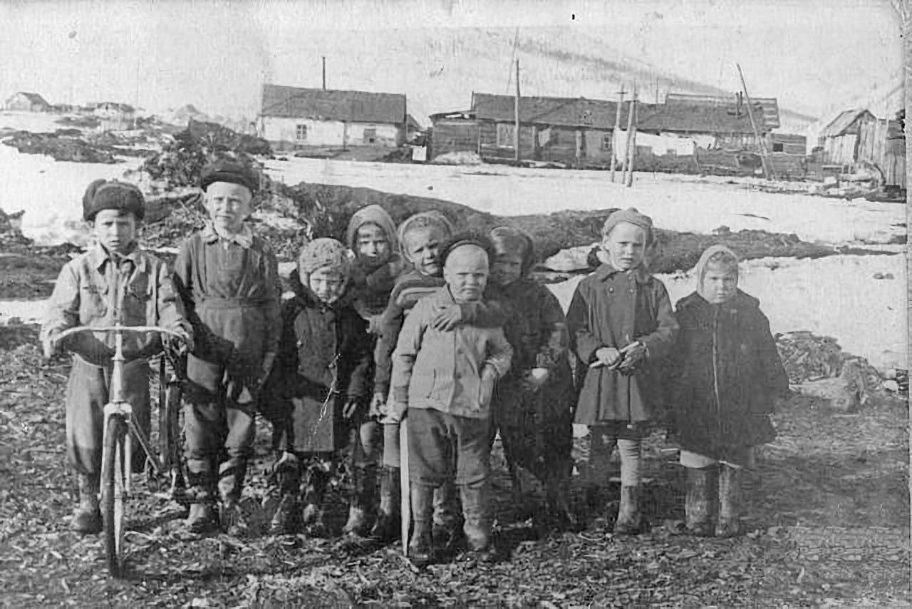 Дети на фоне посёлка Эфка. 60-е годы.