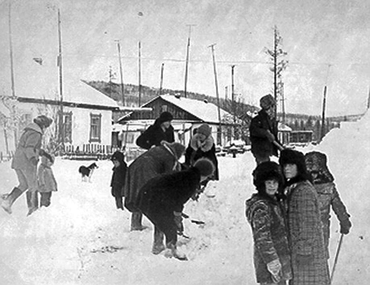 Посёлок Эсчан. Строительство снежной горки.