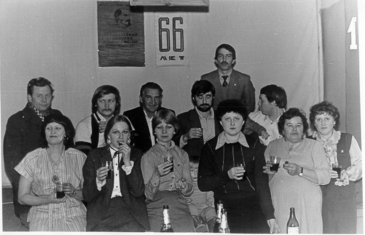Комсомольцы Эсчана празднуют 66-летие комсомола.