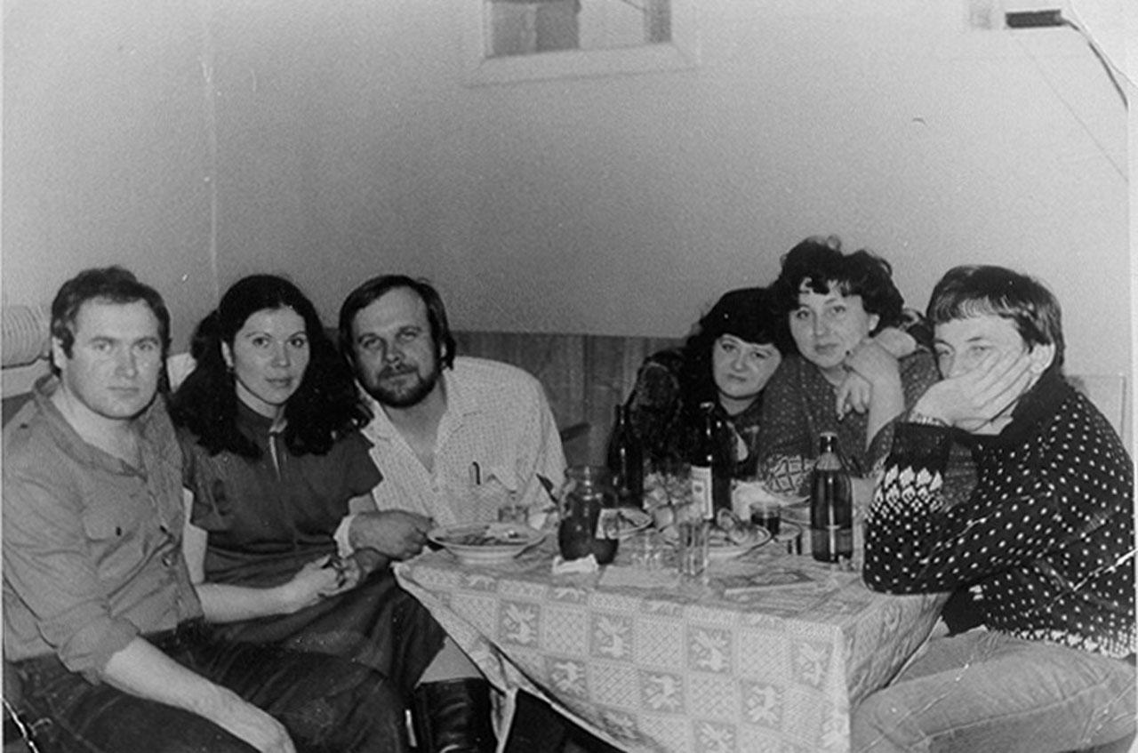 Посёлок Эсчан.На дискотеке. Толик-механик с женой, Витя-музыкант, Ира и Толик-водитель с женой.