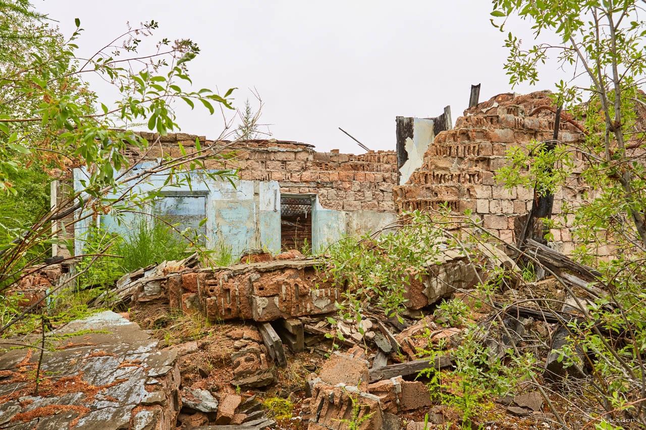 Развалины здания. Пищекомбинат. Посёлок Пищевой. 2017 год.