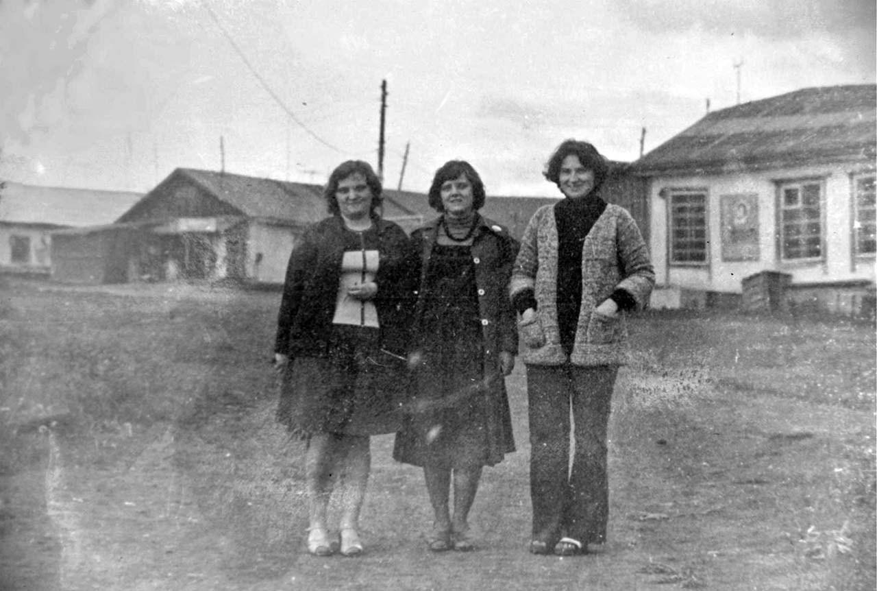 Посёлок Усть-Таскан. Слева виден продуктовый магазин, а справа - промтоварный. Июль 1978 год.