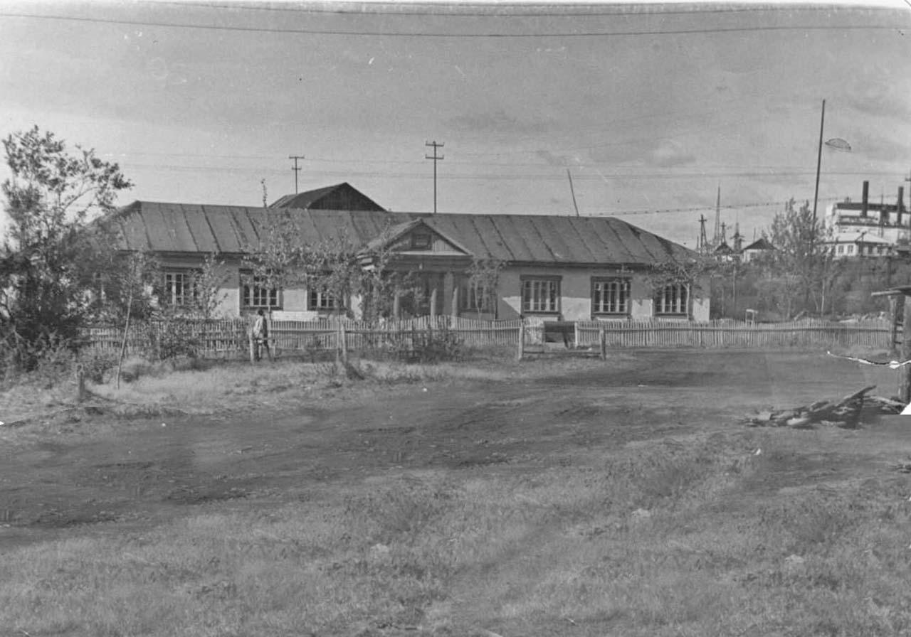 Здание первой школы. Усть-Таскан.
