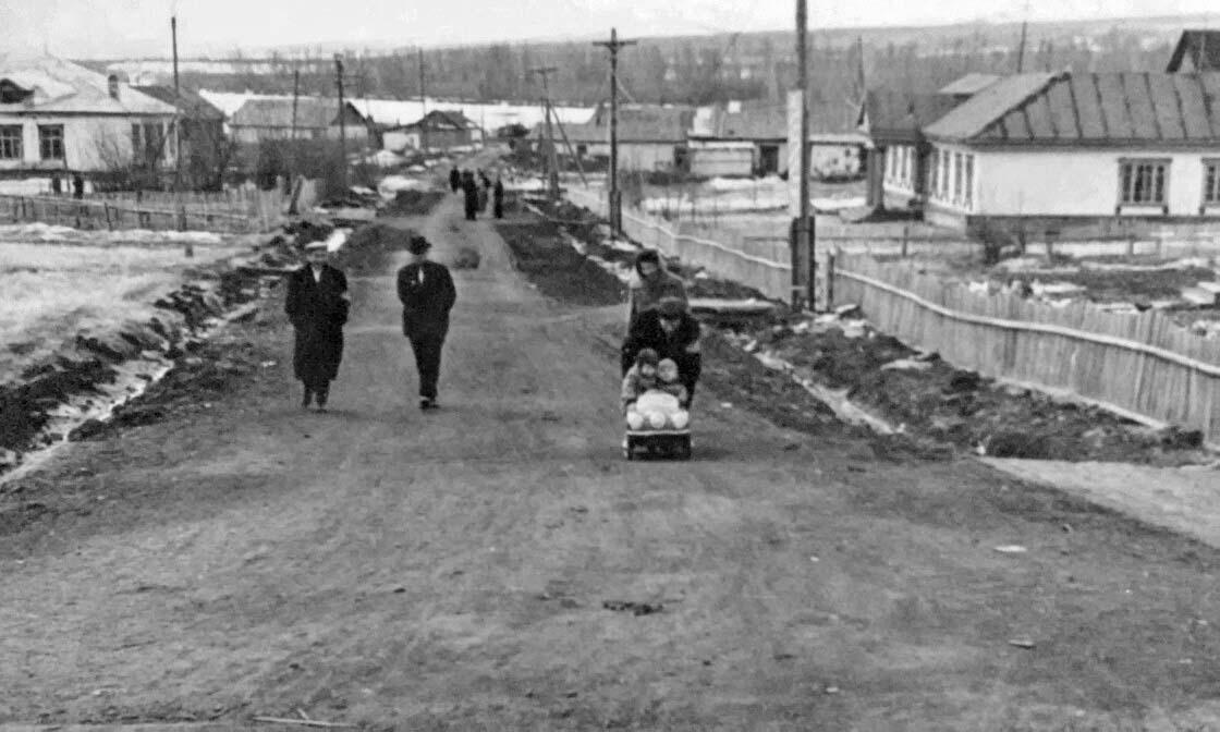 Усть-Таскан. Главная улица, Внизу видна река Таскан, справа старая школа.