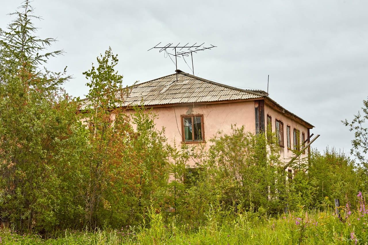 Брошенный двухэтажный жилой дом. Усть-Таскан. 2017 год.