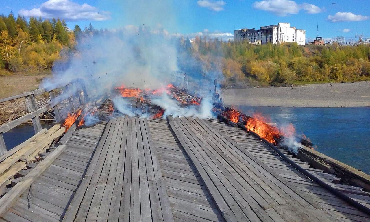 Горит Усть-Тасканский мост. 4 сентября 2017 года. Автор фото Андрей Франчковский.