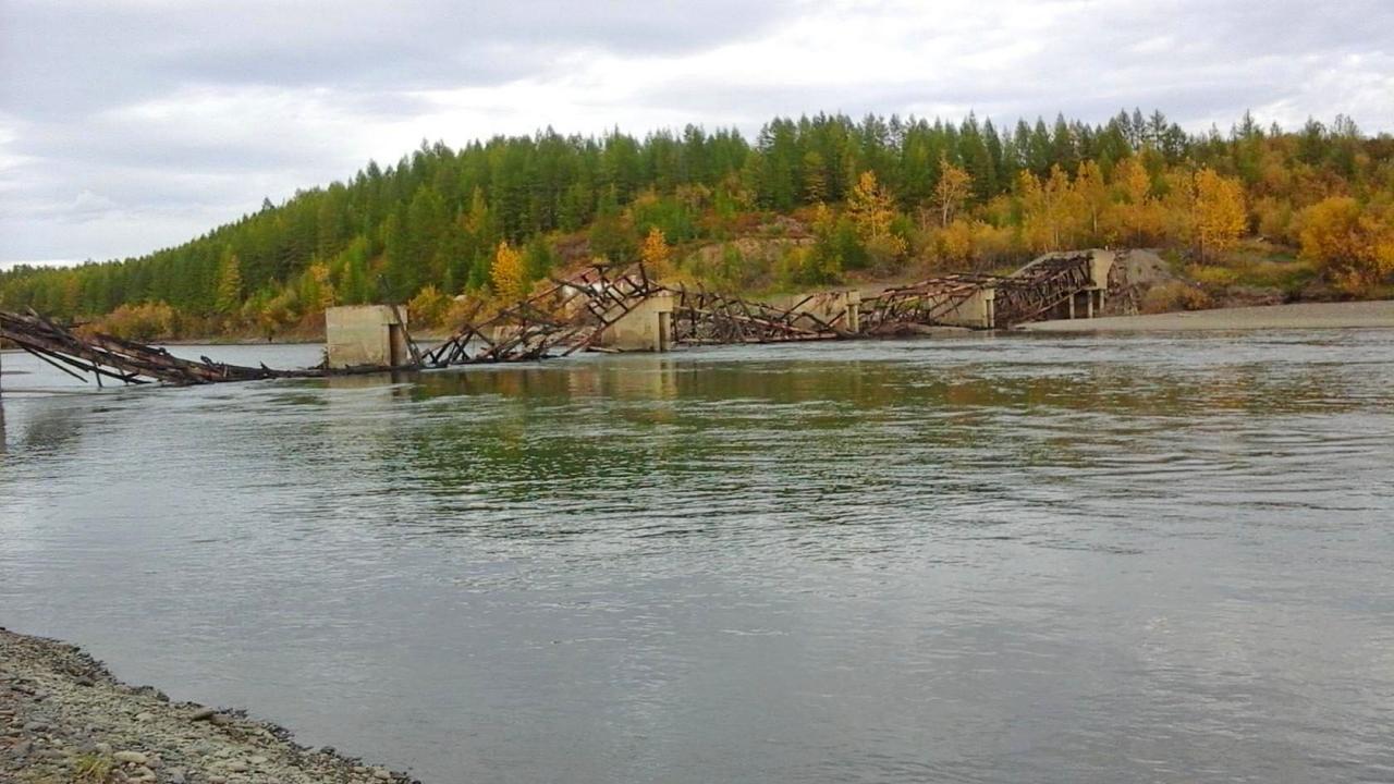 Остатки Усть-Тасканского моста после пожара. 4 сентября 2017 года. Автор фото Андрей Франчковский.