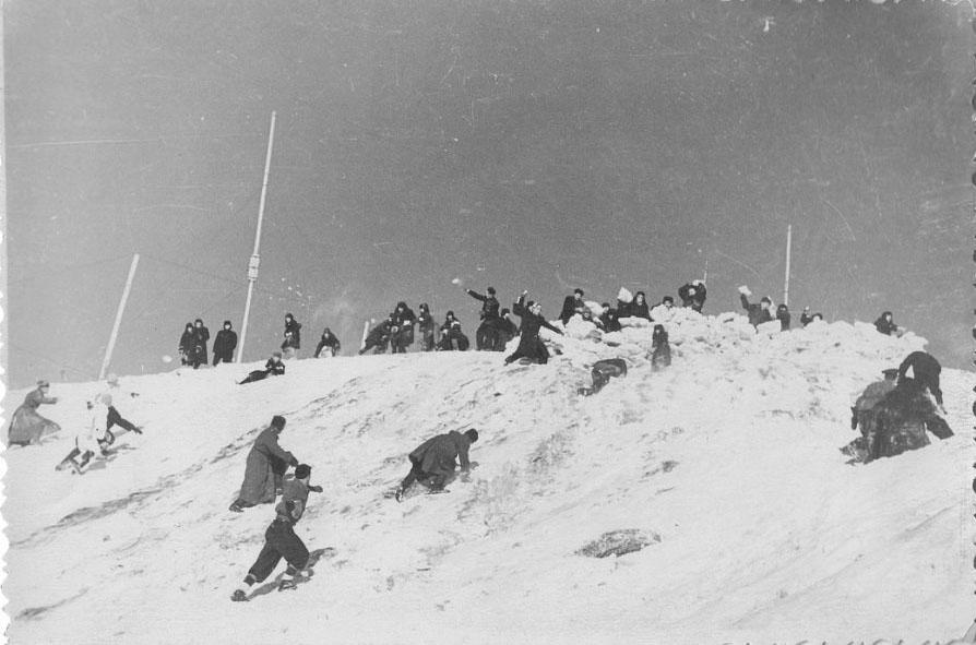 Посёлок Ягодное. Снежные забавы. Из архива Н.Чижовой.