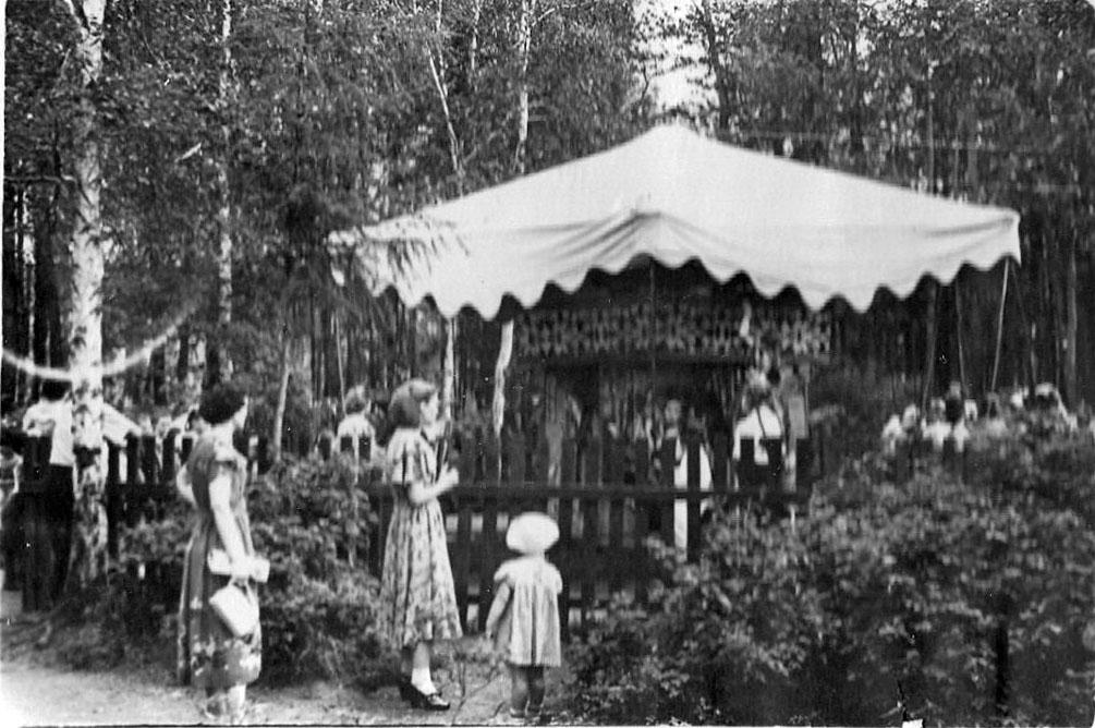 Поселок Ягодное. Карусель в поселковом парке. 1956-1957 год.