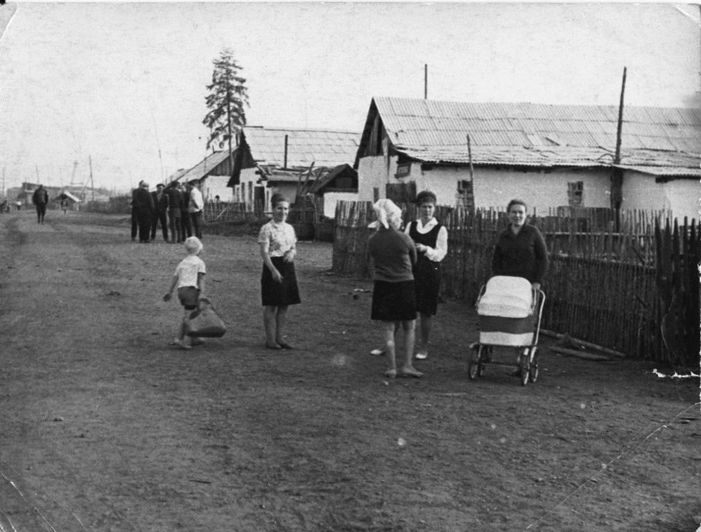 Центр поселка. Белое здание - столовая, у лиственницы - медпункт. Из архива Оксаны Кудрявцевой.