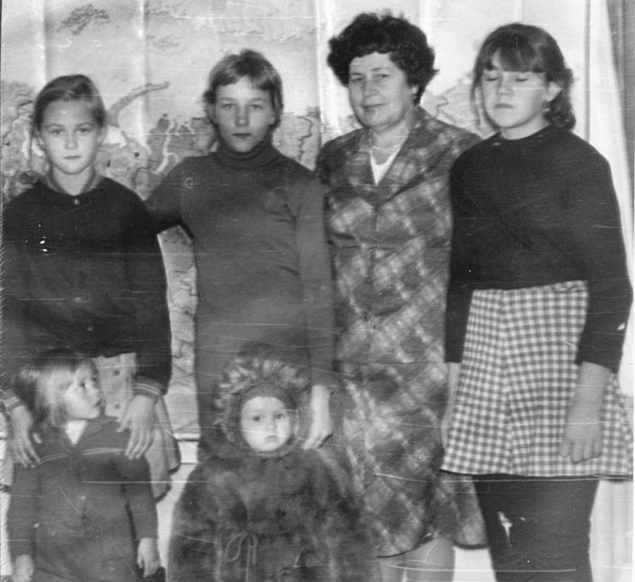 Учительница Шафрановская Лина Ивановна с детьми. Из архива Оксаны Кудрявцевой.