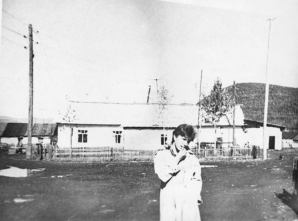 Оксана Кудрявцева. В здании на заднем плане находились начальная школа и клуб.Из архива Оксаны Кудрявцевой.