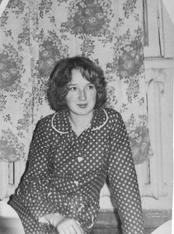 Учительница Фирсова Марина Васильевна, еще студентка. Из архива Оксаны Кудрявцевой.