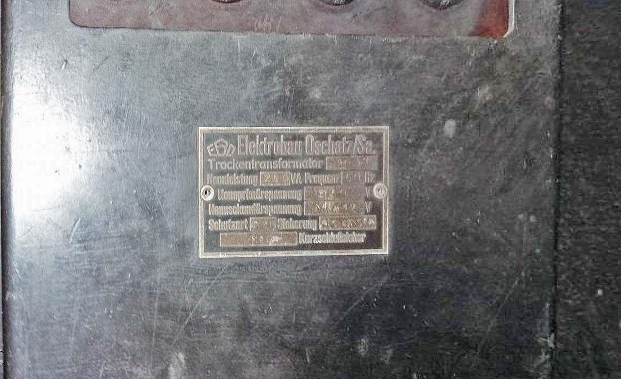 Табличка на электрощите в вагоне-мастерской «Аммендорф».