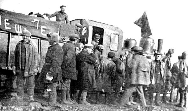 Первый паровоз в Магадане. 30-е годы.
