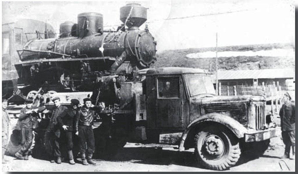 Работники Палаткинской автобазы вывозят отслуживший свое паровоз ВП-1. 1956 год.