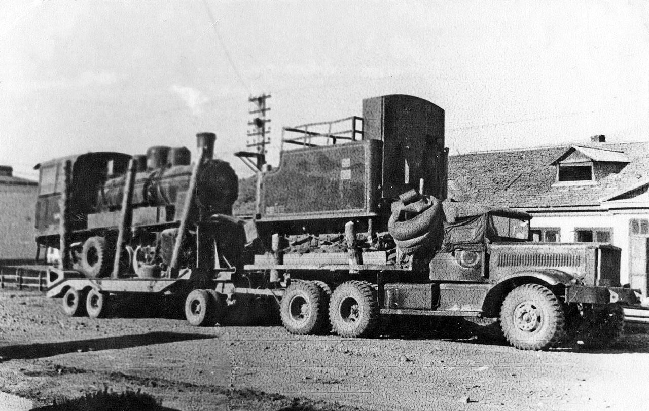 На американском грузовике«Diamond T 980» погружен паровоз марки «Гр» родом из Германии. Посёлок Атка, 1950 год.