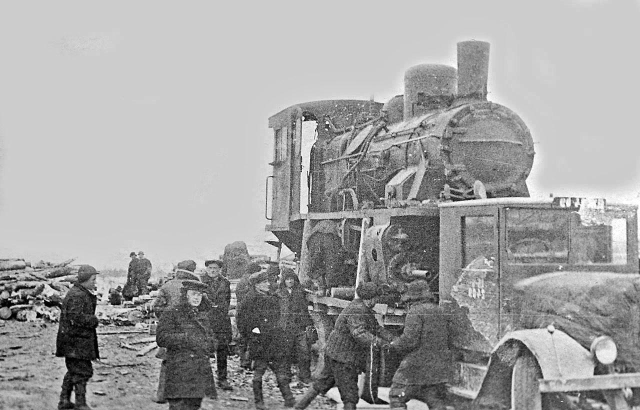 Подготовка к перевозке паровоза автомобилем. Магадан. 40-е годы ХХ-го века.