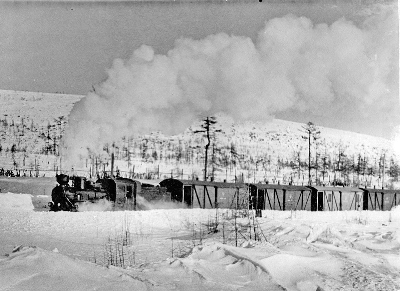 Перевозка грузов по железной дороге Магадан-Палатка. Состав ведёт паровоз «ВП-1». 1955 год.