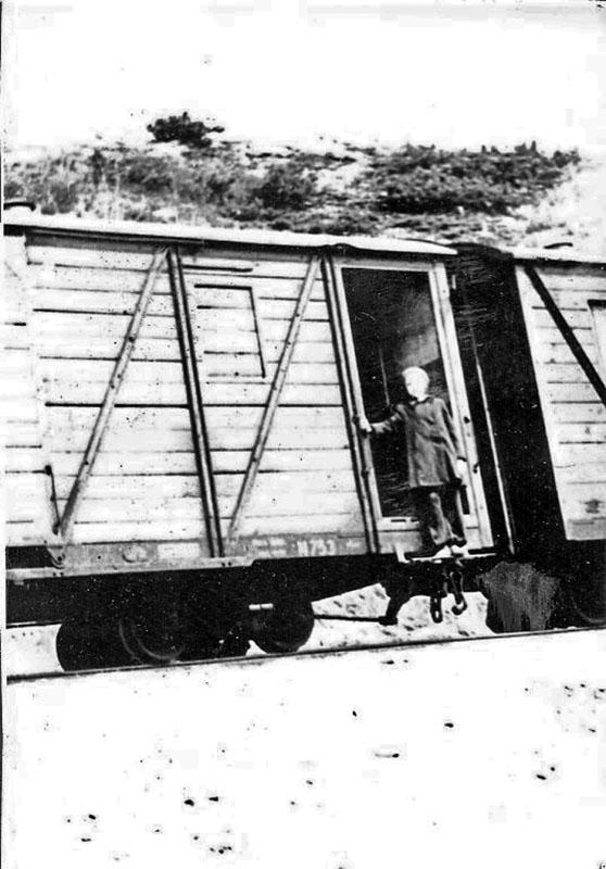 Поезд. Магадан - Новая Палатка. Снимок сделан в районе станции Красавица (посёлок Стекольный).